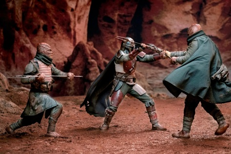 Star Wars - The Mandalorian fighting two Trandoshans in new photo